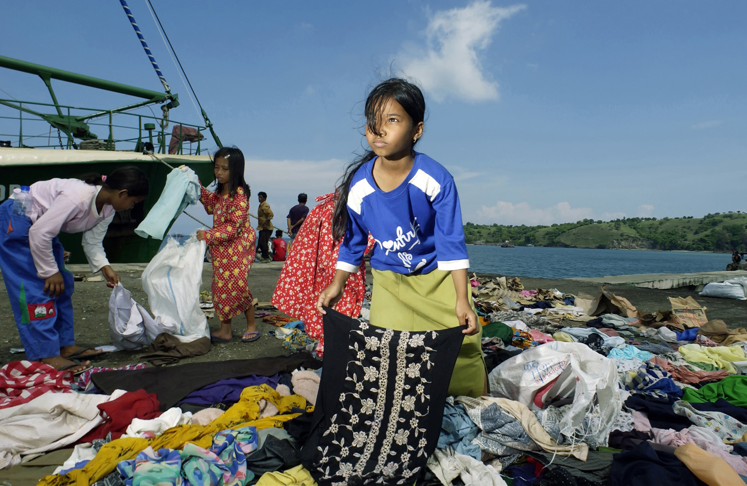 Krueng Raya, Aceh, Indonesia. 16 JAN 2005.Locals from the village receiving clothes from huminatarian organisation.  It´s first now, 2-3 weeks after the Tsunami, that the women and children are starting to come down from the mountains.